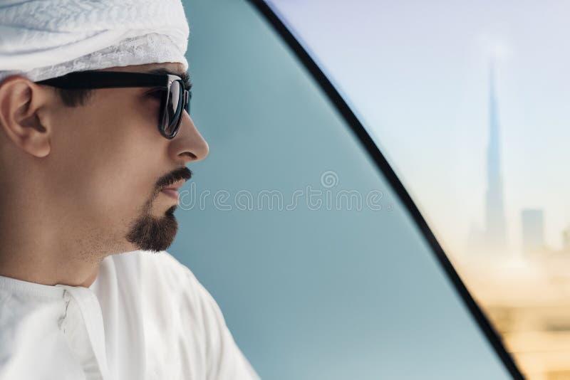 在地铁火车的阿拉伯男性 免版税库存图片