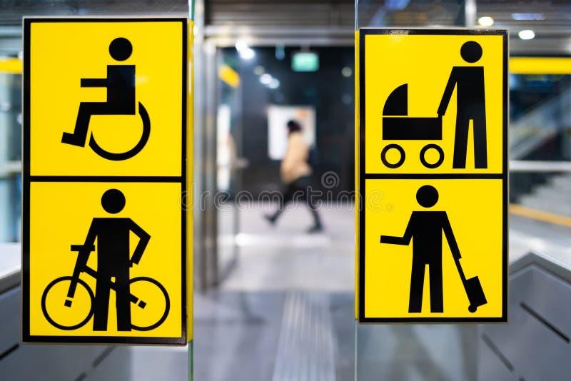 在地铁的有残障,自行车、婴儿推车和大行李黄色pictrogram,在公共交通工具的被弄脏的人的信息 免版税库存照片