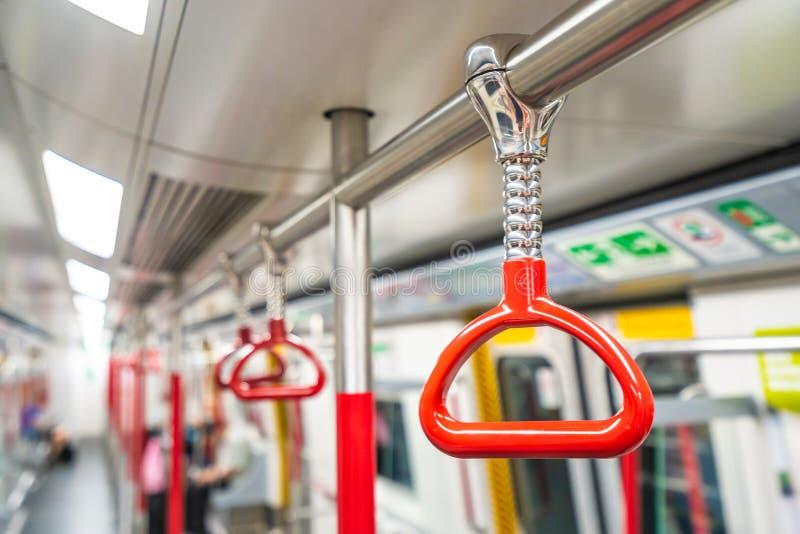 在地铁的红色扶手栏杆 免版税库存照片