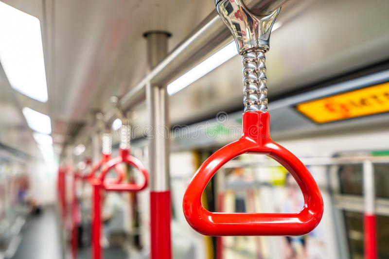 在地铁的红色扶手栏杆 免版税库存图片