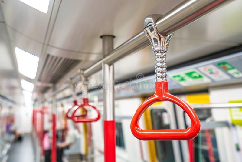 在地铁的红色扶手栏杆 库存图片