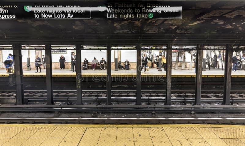 在地铁站华尔街的人等待 免版税库存图片