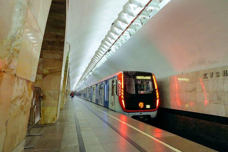 在地铁站最Kuznetsky的现代地铁火车在莫斯科市 免版税库存照片