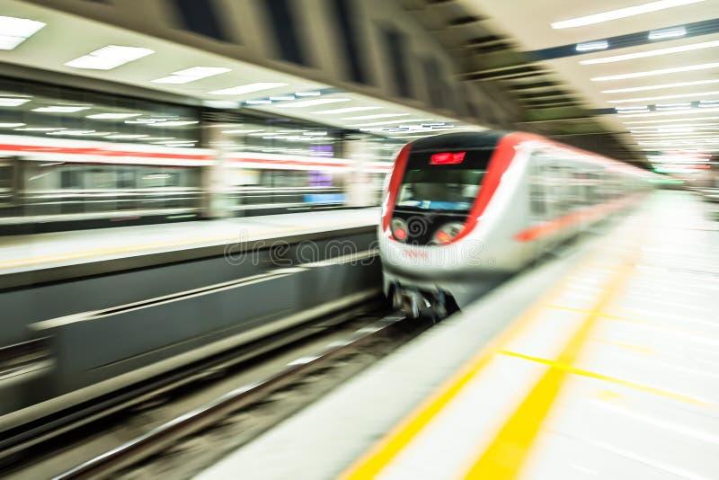 在地铁站的移动的火车 图库摄影