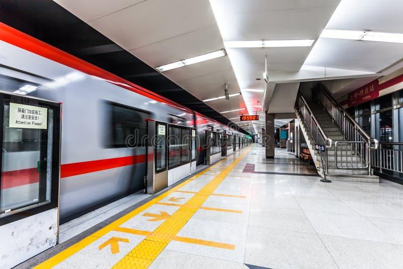 在地铁站的移动的火车 免版税图库摄影