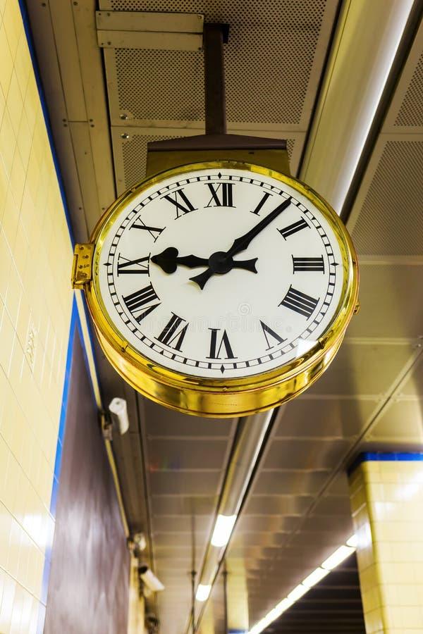 在地铁车站的古色古香的时钟 免版税库存图片