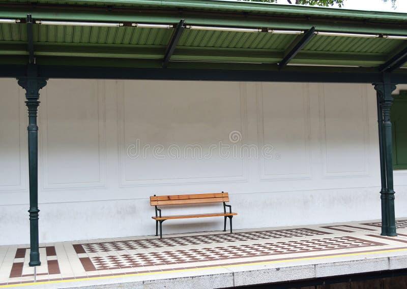 在地铁车站的长凳 免版税库存照片
