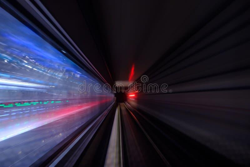 在地铁迷离行动视图的隧道的五颜六色的光 免版税库存照片