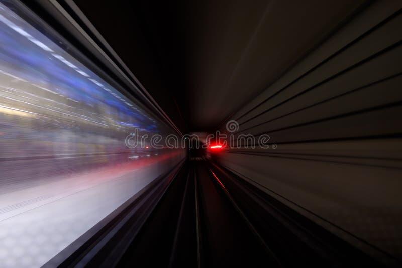 在地铁迷离行动视图的隧道的五颜六色的光 图库摄影