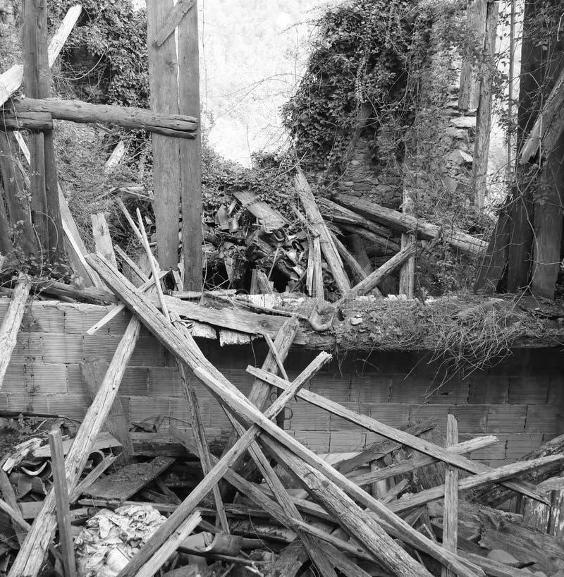 在地震以后的老被放弃的房子与许多残破的woode 图库摄影