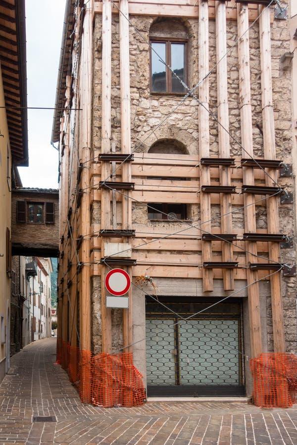 在地震以后的议院修理 库存图片