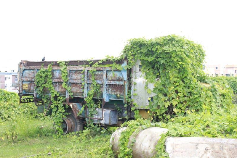 在地面一边的遗弃摒弃卡车 库存照片