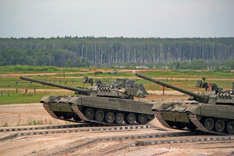 在地面上的俄国军事坦克t-80在作战适应 免版税库存图片