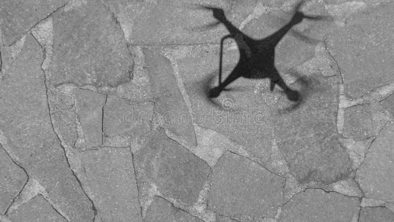 在地面上的寄生虫阴影,向下鸟瞰图 免版税库存照片