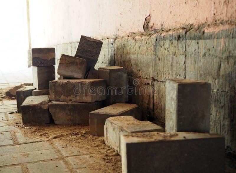 在地面上的建筑砖 库存照片