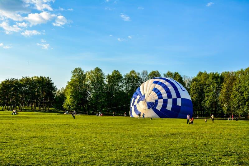 在地面上的气球 免版税库存照片
