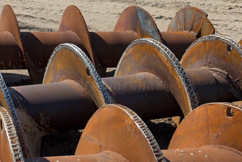 在地面上的生锈的地螺钻 免版税库存图片