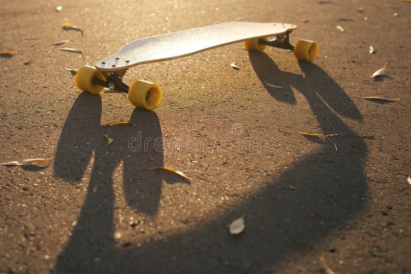 在地面上的滑板 库存照片