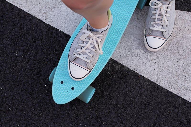 在地面上的滑板 免版税库存照片