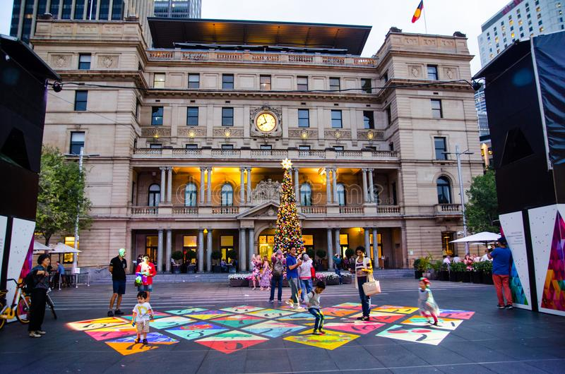 在地面上赋予生命的圣诞节投射在江海关广场由悉尼市生产了 免版税库存照片