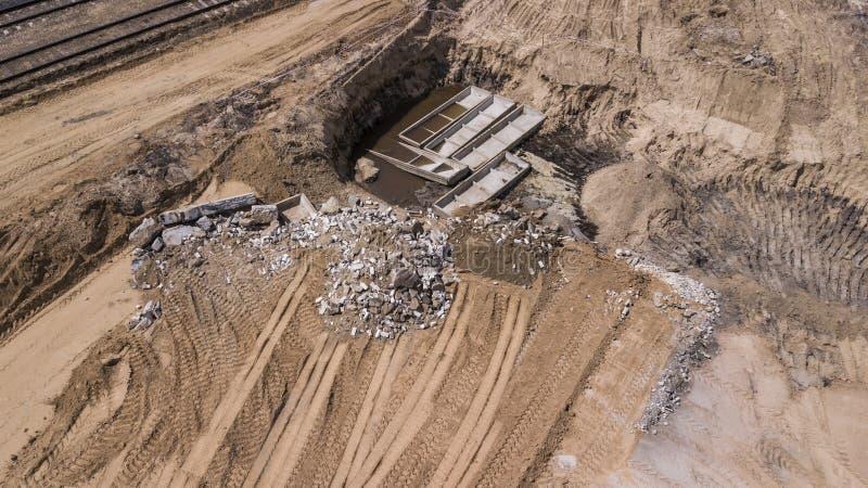 在地面埋没的工业废料 库存图片