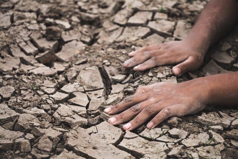 在地面的手崩裂了干燥由于天旱 免版税库存图片