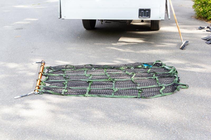 在地面的货物抨击的物质谎言在卡车附近 库存照片