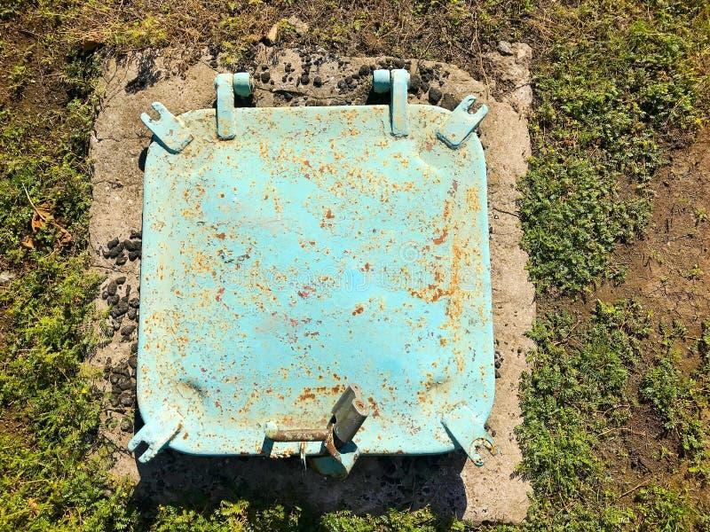 在地面的铁舱口盖 库存图片
