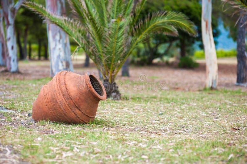在地面的黏土水罐,橙色大水罐 免版税库存图片