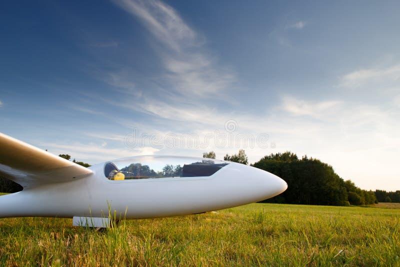 在地面的登陆的sailplane 免版税库存图片