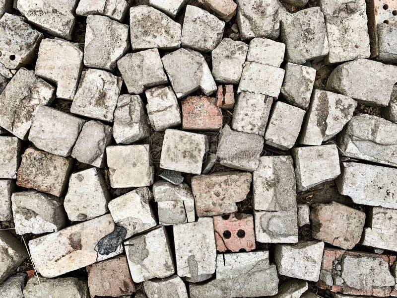 在地面顶视图的老残破的砖 免版税库存图片