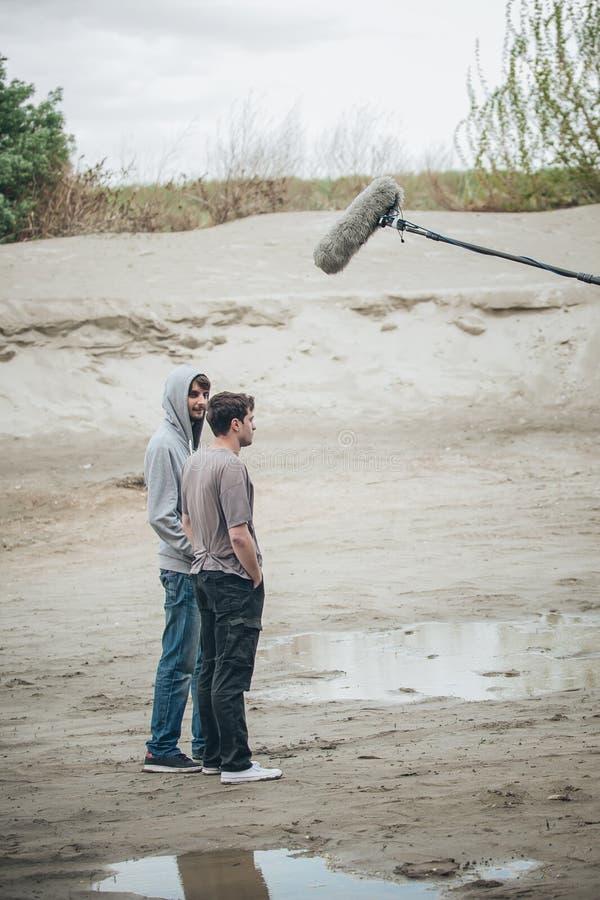 在场面之后 在远程播音器前面的两名演员 库存照片