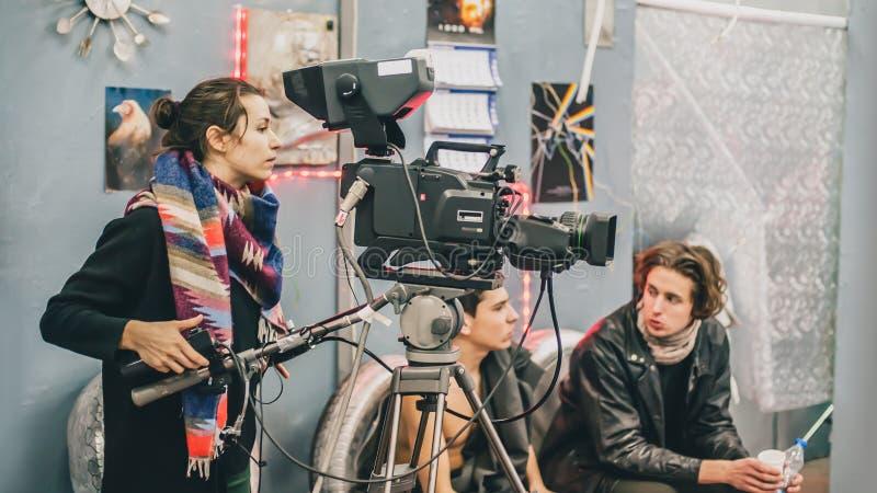 在场面之后 电影工作人员摄制电影场面在演播室 免版税库存图片