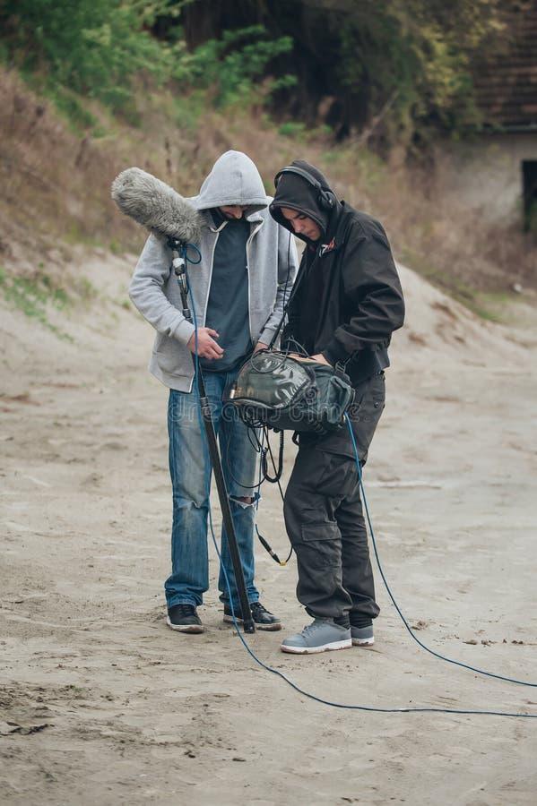 在场面之后 音响监督和话筒操作员检查e 免版税库存图片