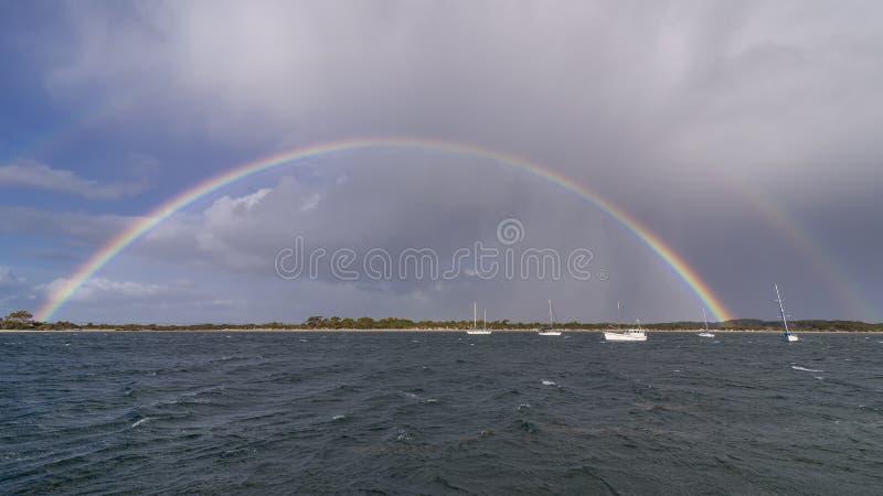 在坎加鲁岛,澳大利亚南部海岸的雄伟完全彩虹  库存照片