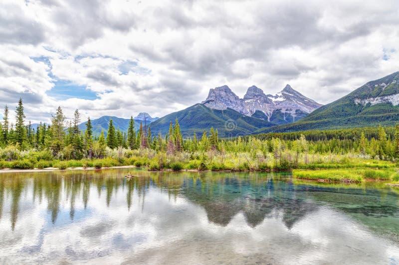 在坎莫尔,阿尔伯塔,加拿大的加拿大人罗基斯的三个姐妹山峰 免版税库存图片