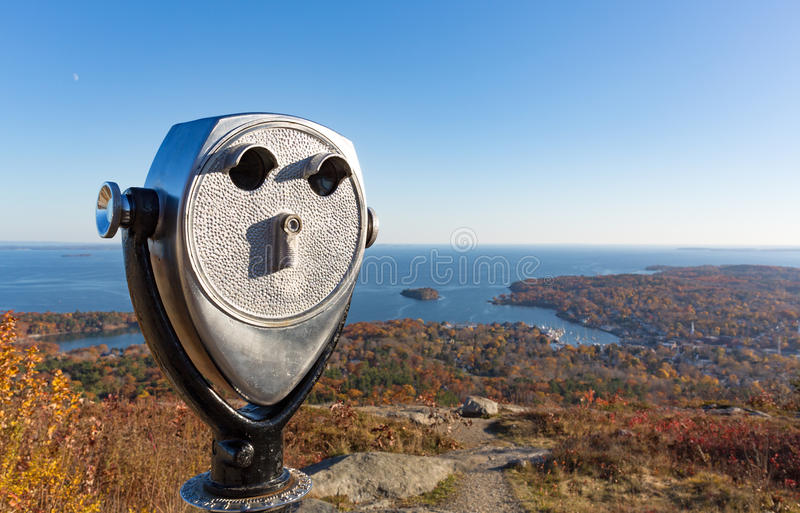 在坎登缅因上的投入硬币后自动操作的双筒望远镜在秋天末期 免版税图库摄影