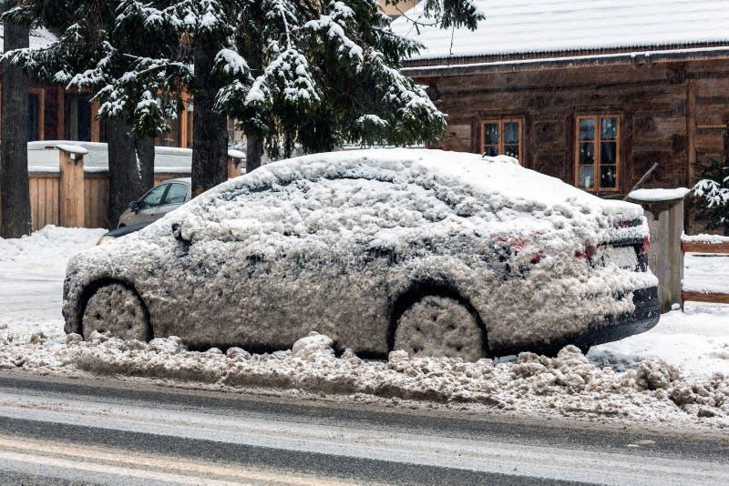 在坏的雪的汽车在路的端 库存照片