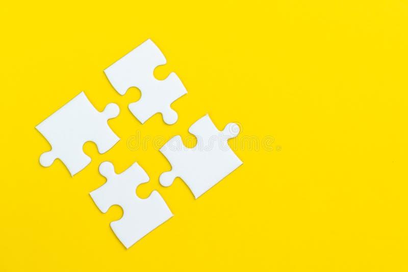 4在坚实黄色背景的拼图使用作为四重要的事组合或对成功或解决问题 库存图片