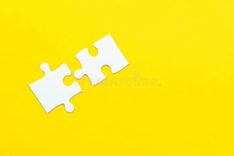 2在坚实黄色背景的拼图使用作为2重要的事组合或对成功或解决问题 图库摄影