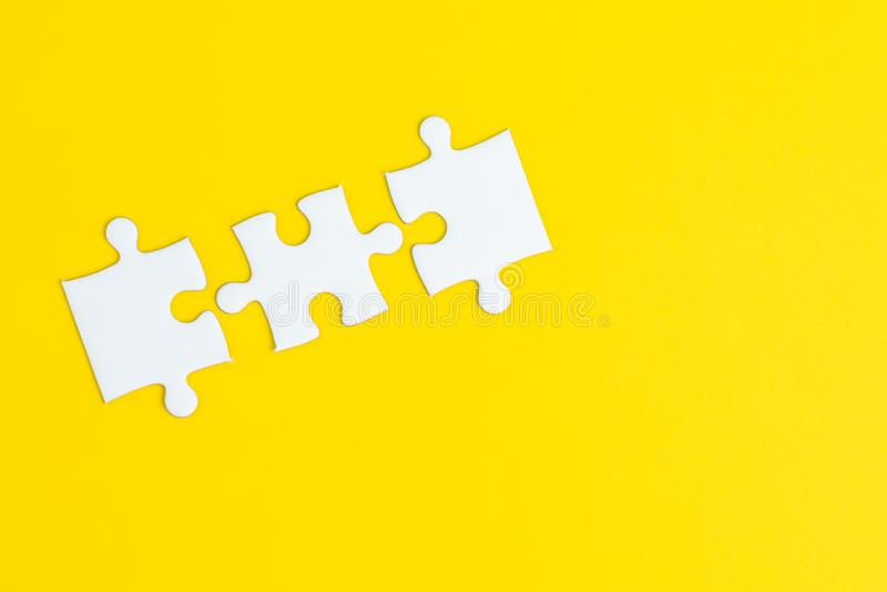 3在坚实黄色背景的拼图使用作为3重要的事组合或对成功或解决问题 免版税库存照片