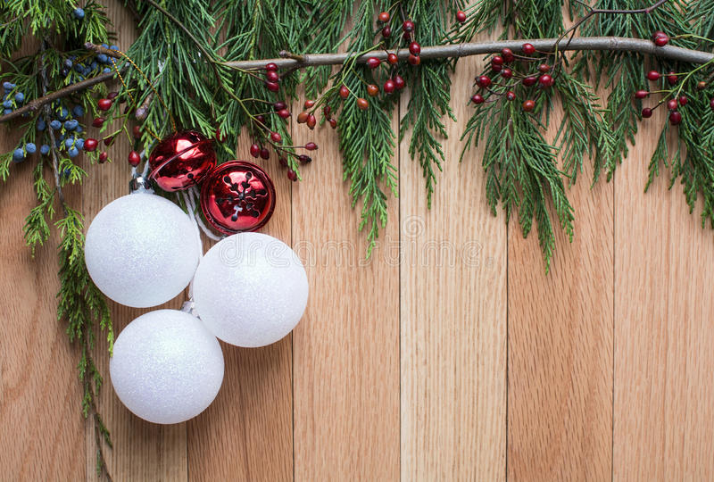 在坚硬木背景的圣诞节装饰品与绿色顶面框架 图库摄影