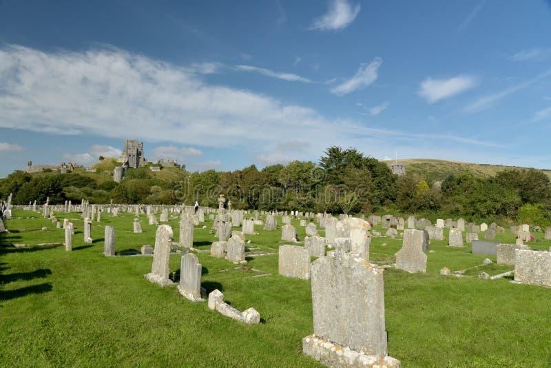 在坟园上的Corfe城堡 库存图片