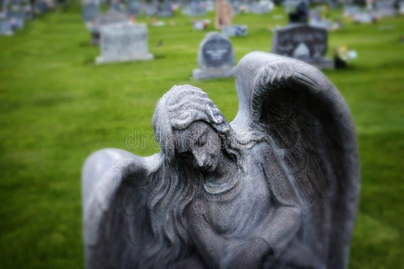 在坟园绿草的天使墓石 库存图片