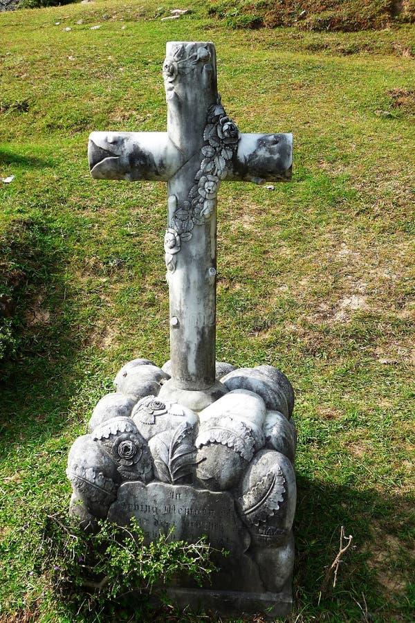 在坟墓的十字架 免版税库存图片