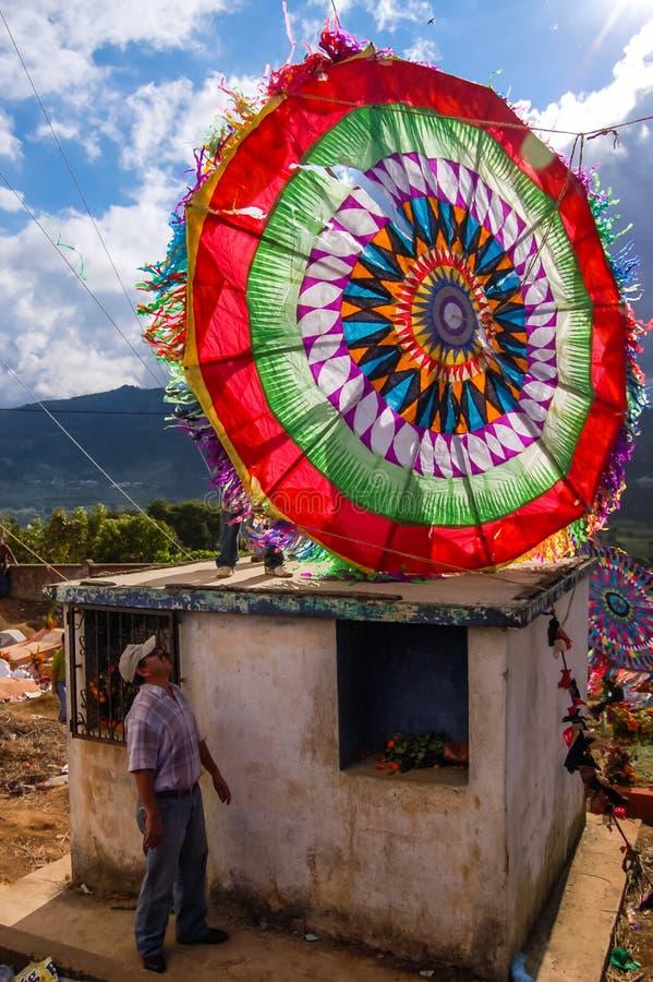 在坟茔,万圣节,危地马拉顶部的五颜六色的风筝 免版税库存照片