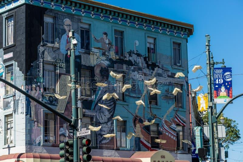 在垂悬在北部旧金山之外的墙壁和一些飞行的书上的美丽的街道画壁画 免版税库存照片