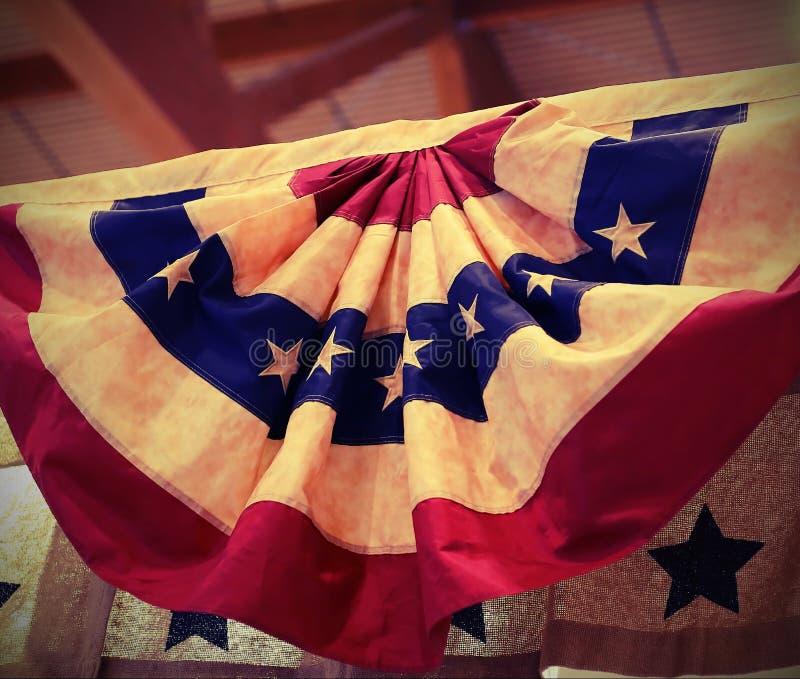 在垂悬在大农场的圆组织的美国国旗 免版税库存照片
