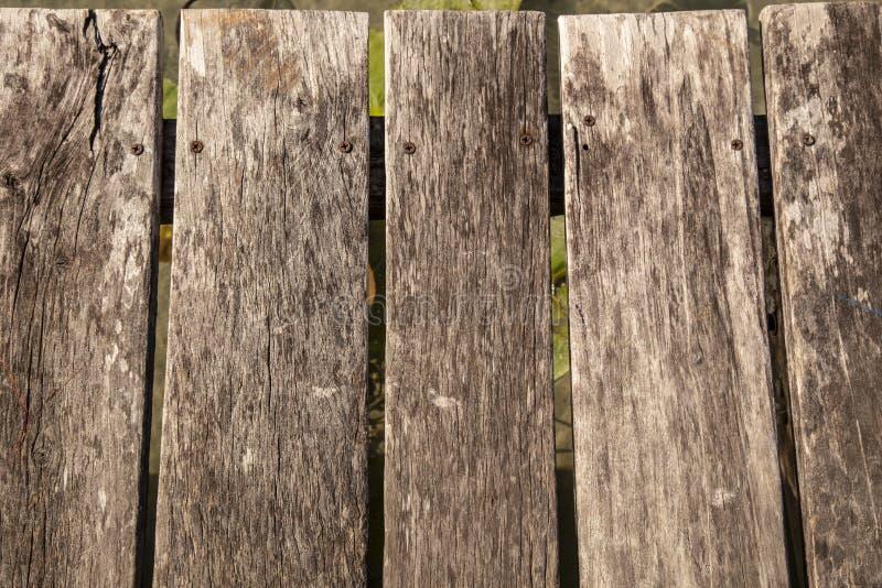 在垂直的被风化的木纹理有水背景 免版税库存照片