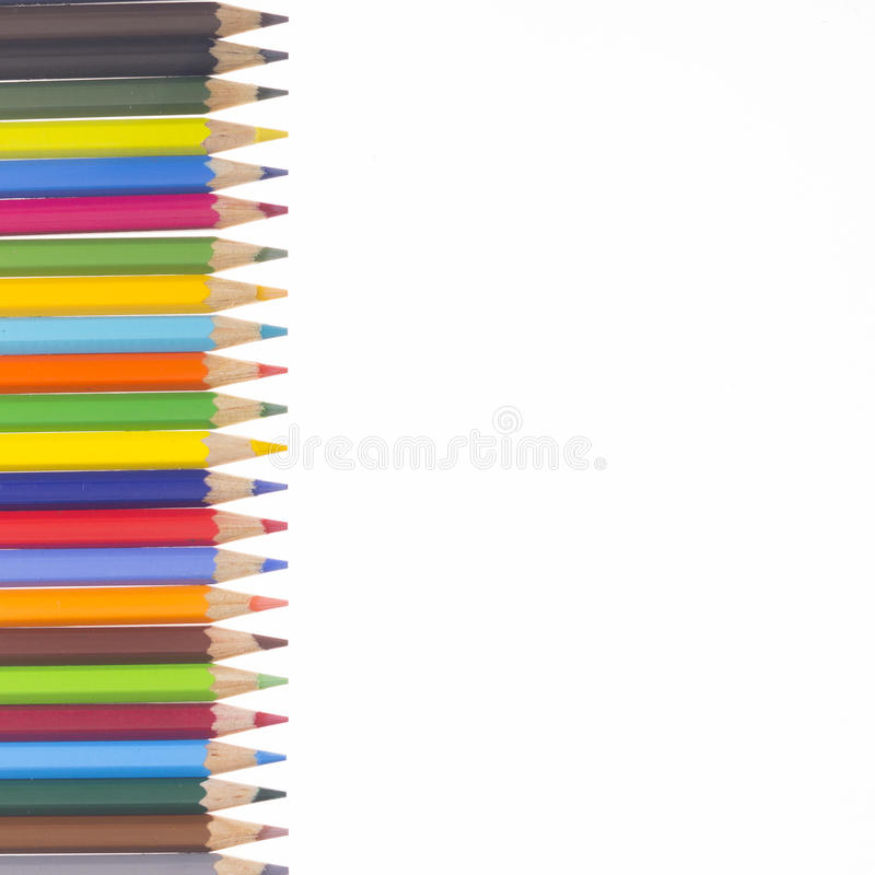 在垂直的行的许多五颜六色的铅笔 免版税库存图片